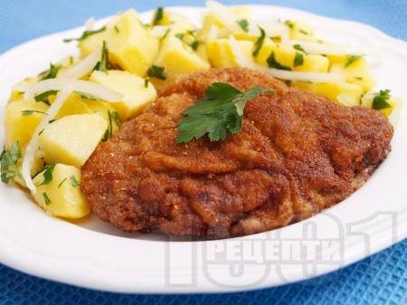 Виенски шницел от свинско каре (контра филе) паниран в брашно, галета и яйца на тиган - снимка на рецептата